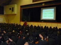 不安な様子を手を挙げる生徒たち