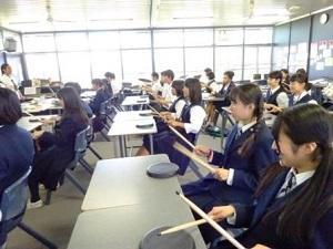 スティックを使用した音楽の授業