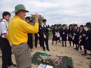 拾ったゴミを題材に海の汚染を学習
